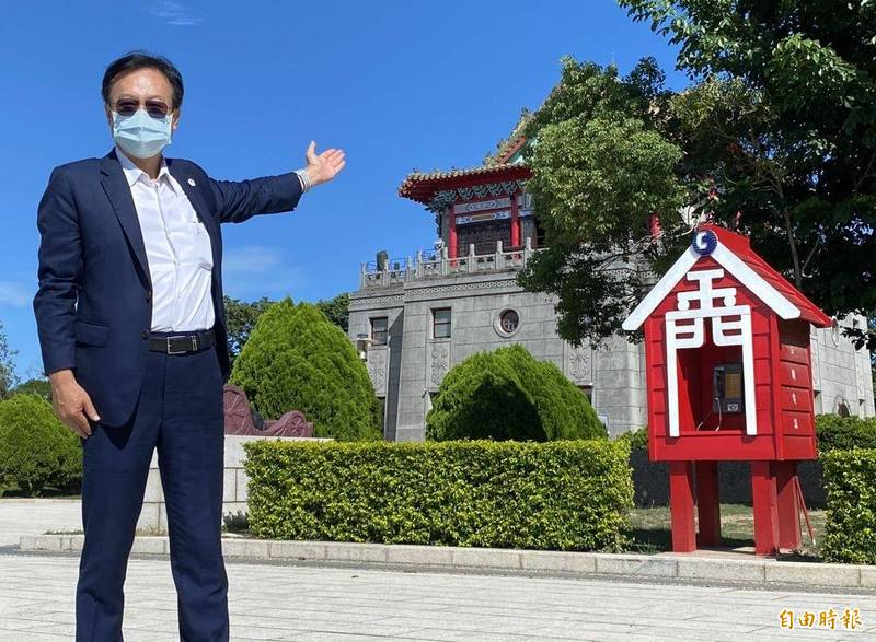 國民黨主席候選人卓伯源到金門「莒光樓」,幫忙推銷金門觀光的好山好水。(記者吳正庭攝)