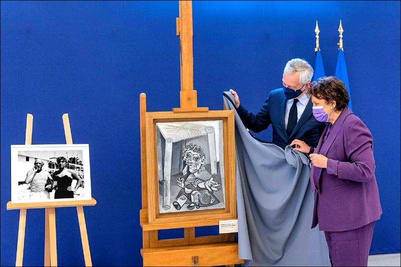 現代藝術大師畢卡索的女兒瑪雅在巴黎畢卡索美術館公開其中一幅畫作「坐在椅子下拿著棒棒糖的小孩」,據稱畫中主角就是瑪雅。(路透)
