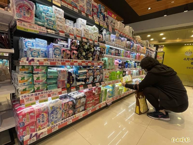 一名女網友發文抱怨慣用的衛生棉產品殘膠問題越來越嚴重,引起眾人共鳴,紛紛留言分享慘痛經驗。示意圖。(資料照)
