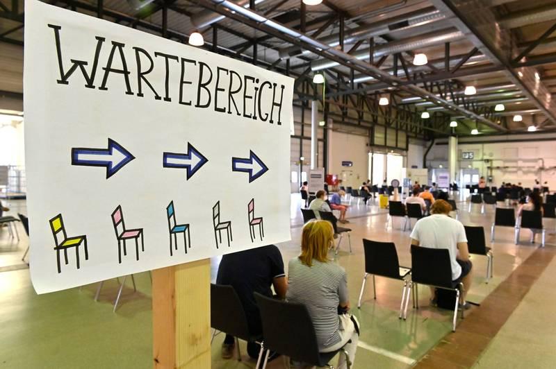 德國政府並沒有強制規定人民需接種武肺疫苗,但在防疫法規下,未接種者的生活相當不便。圖為德勒斯登(Dresden)的一處接種中心。(路透)