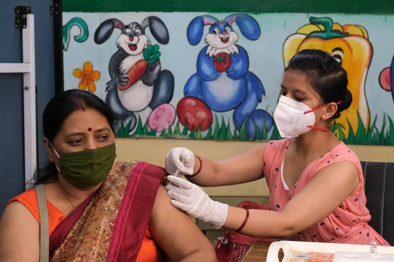 印度自費接種AZ疫苗者,有望可縮短兩劑施打間隔。(彭博)