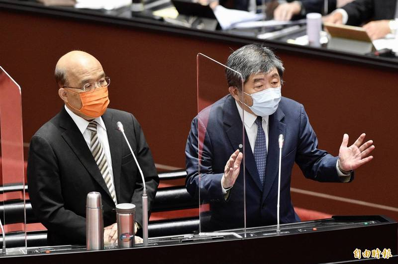 行政院長蘇貞昌(左)今日在立法院坦言,3月22日接種第一劑至今未第二劑疫苗,「疫苗不足我不搶,大家不打我率先」。衛福部長陳時中(右)表明已打第二劑。(記者叢昌瑾攝)