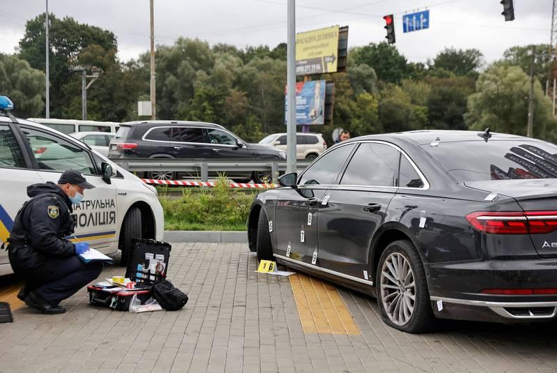 烏克蘭總統助理謝費爾的轎車遭到槍擊,車身到處都是彈孔。(路透)