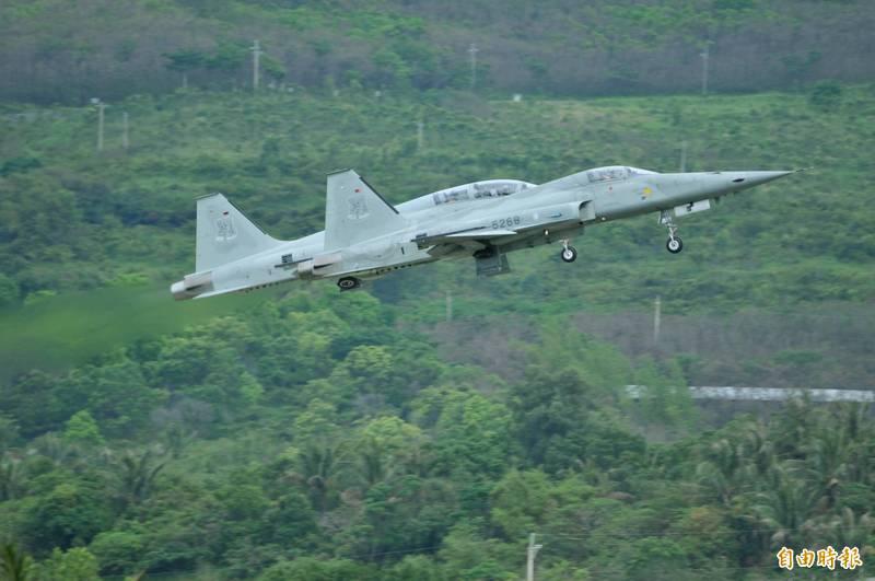 志航基地進行突發因應模擬訓練,誤傳F-5型戰機儀表失效迫降。(資料照,記者游太郎攝)