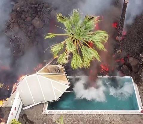 災區最新空拍影像曝光,只見滾燙的岩漿緩慢吞噬民宅,連蓄滿清水的游泳池都難逃厄運。(擷取自YT影片)