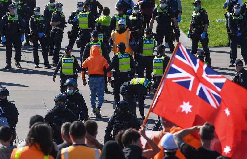 澳洲墨爾本聚集了2000多名要求解封的民眾抗議,要求解除封城禁令。(法新社)