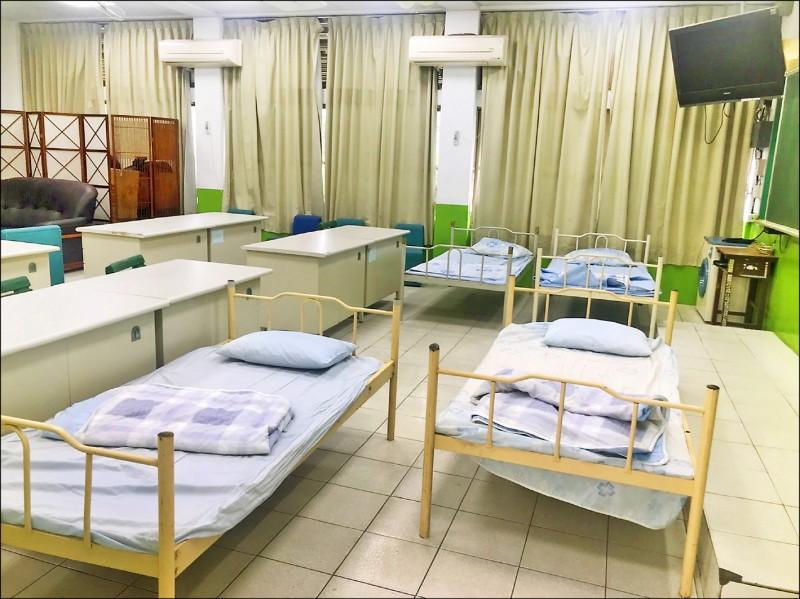 各校規劃床位讓有需要的人可躺著休息。(屏縣府提供)
