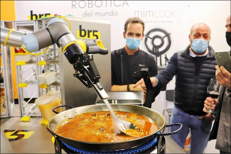 西班牙機器人烹煮海鮮飯。(歐新社檔案照)