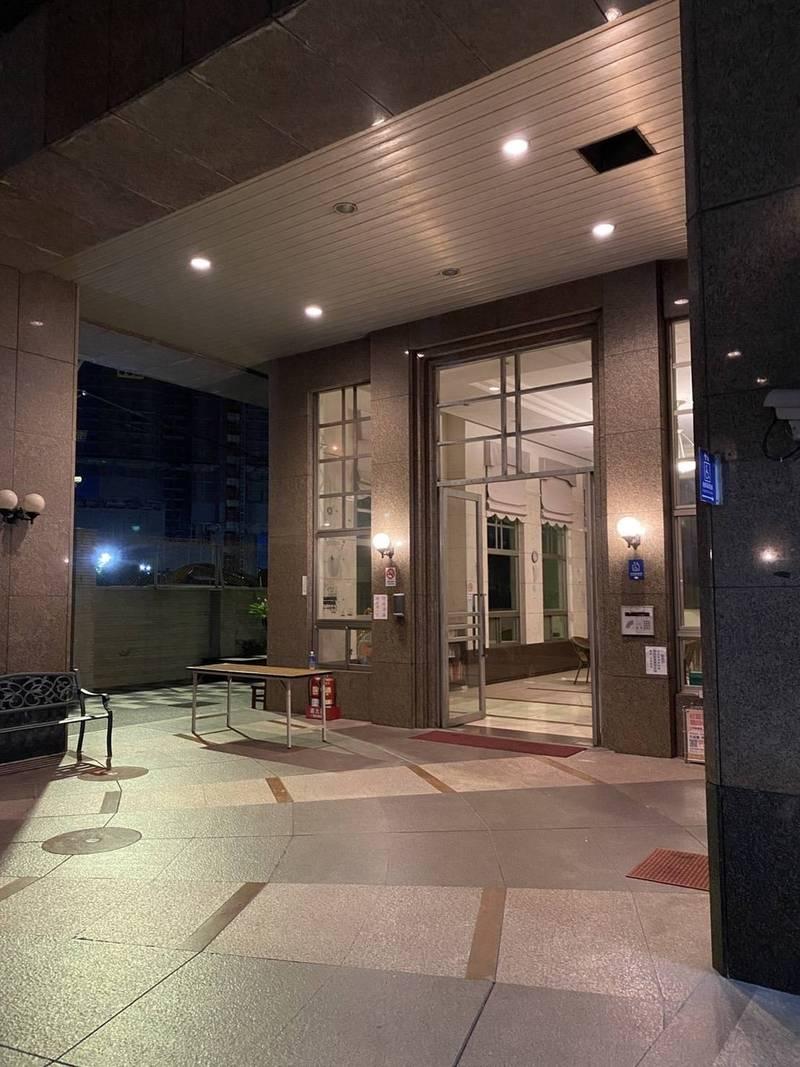 清空了14天的某社區大樓,住戶今天凌晨解除隔離後,迫不急待的在第一時間搭車回家。(居民Felix提供)