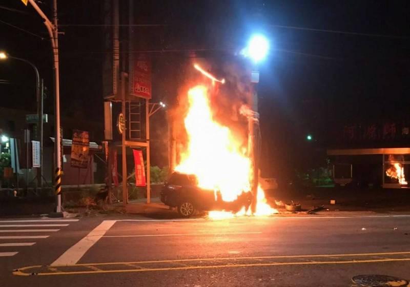 1輛轎車今天清晨行經彰化市彰草路時衝撞電線桿,轎車當場爆炸起火燃燒,駕駛跳車逃命受傷。 (圖由民眾提供)