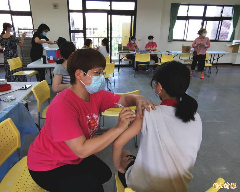台南關廟國中昨有393位學生接種疫苗,今早約108位請了疫苗假,學生主要以頭痛及肌肉酸痛居多,少數有發燒、頭暈等情況。(資料照)