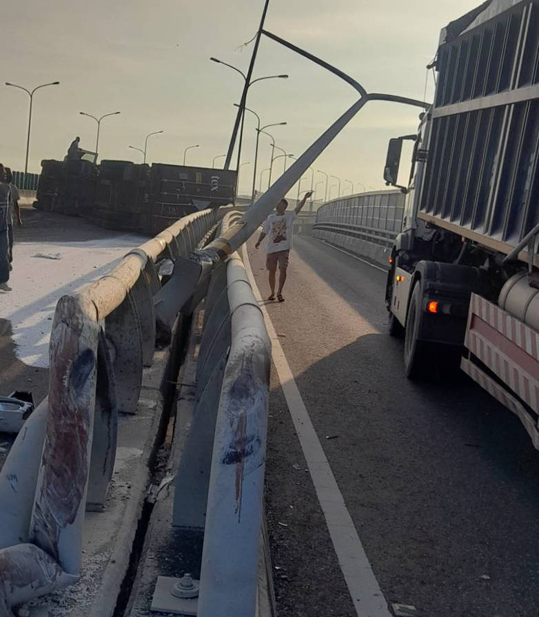 貨櫃車駕駛自撞路邊電線桿翻覆。(照片翻攝臉書彰化踢爆網)