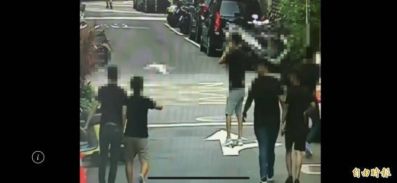 因消費糾紛涉嫌砸店的多名男子,被錄到離去時的身影。(資料照)