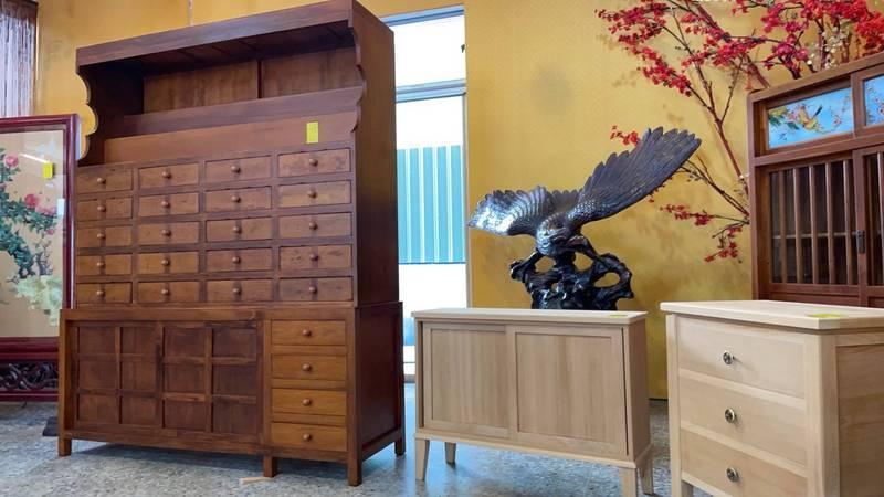 台南藏金閣50年代檜木中藥櫃週六公開拍賣。(南市環保局提供)
