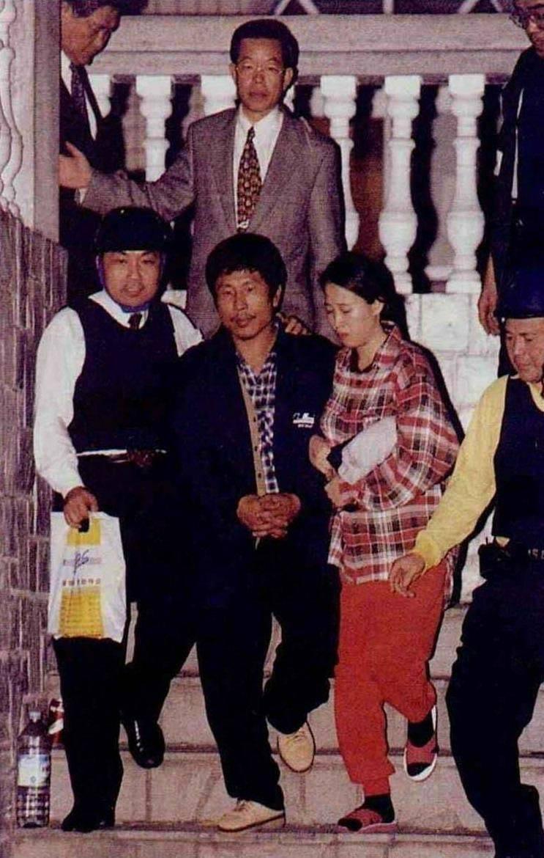 1997年發生陳進興挾持的南非武官全家案,穿著西裝謝長廷進入南非武官家中,說服陳進興投降。(取自產經新聞)