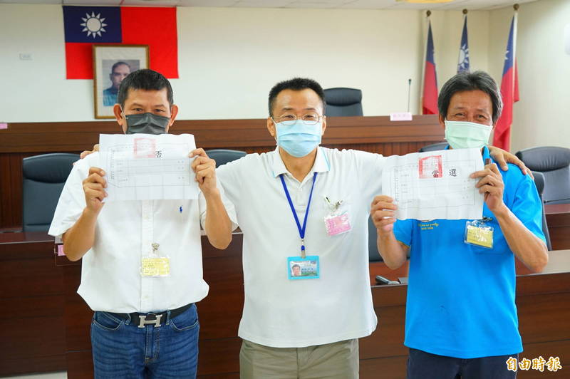 左為鄉代鄭文彬、右為新任主席謝明鐘,兩人公開抽籤結果。(記者陳彥廷攝)