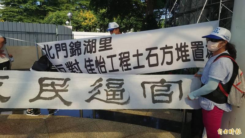台南北門區100餘名鄉親手持「官逼民反」等抗議布條,赴南市議會陳情。(記者蔡文居攝)