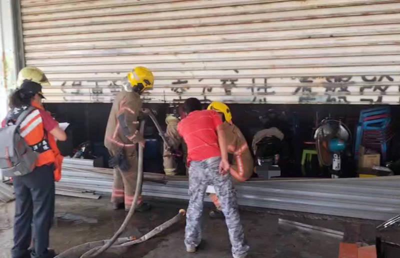 台南下營區茅營里1家汽修廠火警,消防人員進行搶救。(讀者提供)