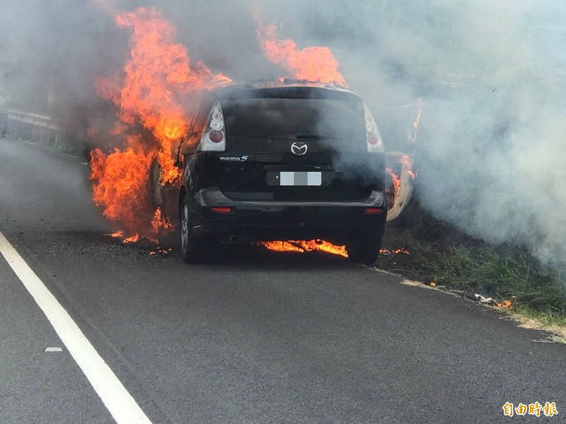 國道3號南下61.7公里大溪路段火燒車意外,桃園市消防局調派人車前往灌救。(記者李容萍攝)