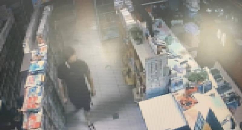 孫姓男子日前竊走台南永康一間租書店內的4500元現金,警方獲報依監視器畫面當晚就逮獲孫男,更發現其竟有7條通緝在身。(圖由民眾提供)