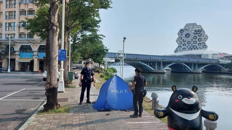 浮屍發現地點位於高雄愛河灣處,是不少觀光客前往的地方。(民眾提供)