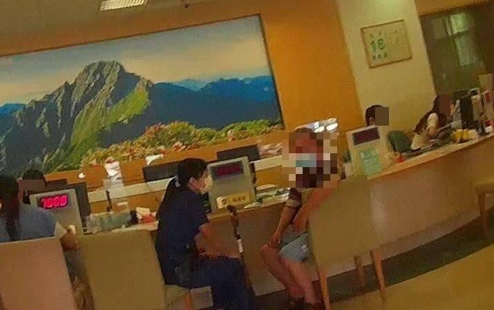 台中市一名胡姓男子(右)遇上「假戰地女醫生」詐騙,女警(左)苦口婆心勸說20分鐘,終於讓他相信遇到詐騙。(記者陳建志翻攝)