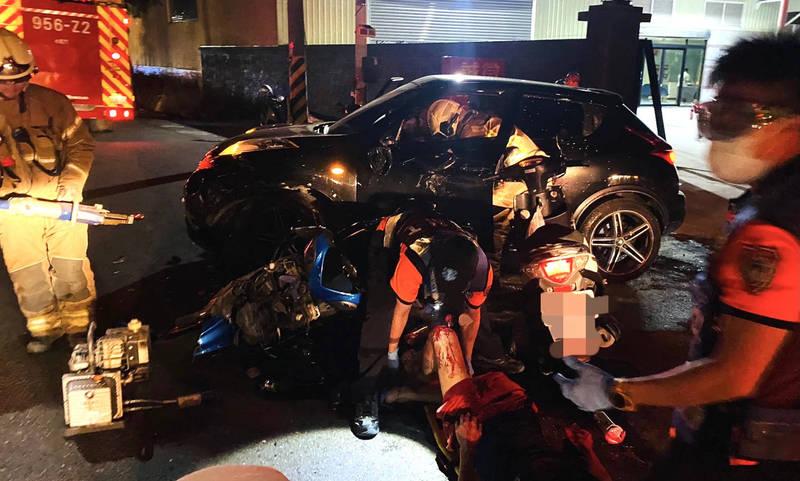 台南市七股區今晚發生1輛轎車和2輛機車車禍,消防隊現場緊急救護。(讀者提供)
