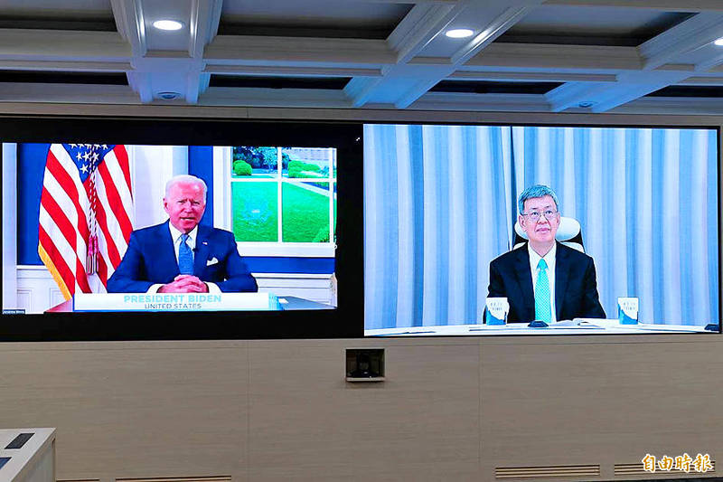 Former vice president Chen Chien-jen, right, attends the virtual Global COVID-19 Summit hosted by US President Joe Biden on Wednesday. Photo: Yang Cheng-yu, Taipei Times