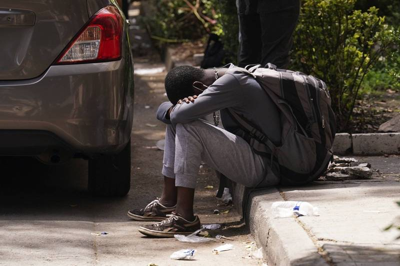 正在墨西哥難民援助委員會(COMAR)外排隊的海地難民。(美聯社)