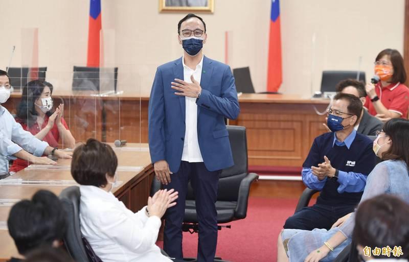國民黨主席參選人朱立倫(中)23日到立法院,拜訪國民黨籍立委,受到熱烈歡迎,朱立倫也起身撫胸向眾人致意。(記者廖振輝攝)