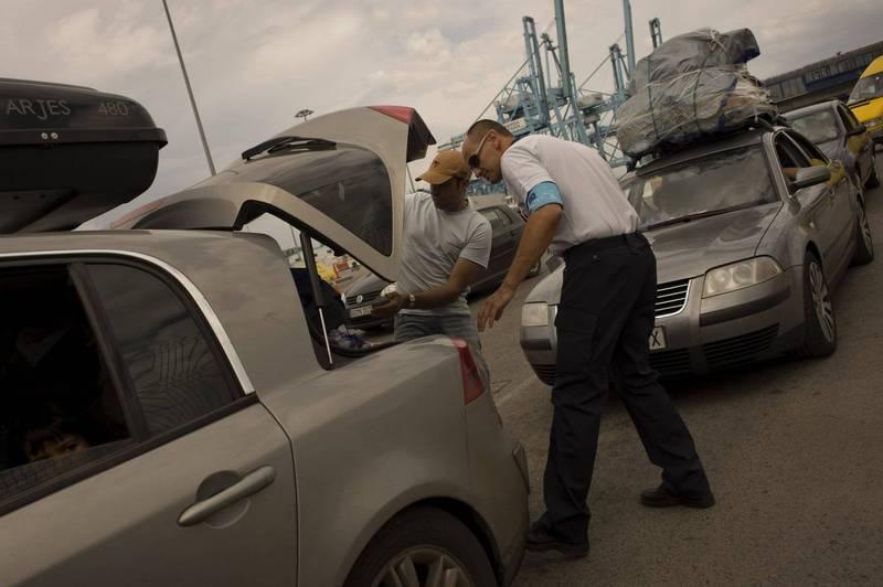 美國密西西比州有2名男子走在路上時,發現路邊有輛汽車,上頭貼著「免費贈送」的字樣,倆人以為賺到,便開心地將車開走,不料,卻在後車廂發現一具男性裸屍,令他們當場嚇傻。示意圖。(美聯社)