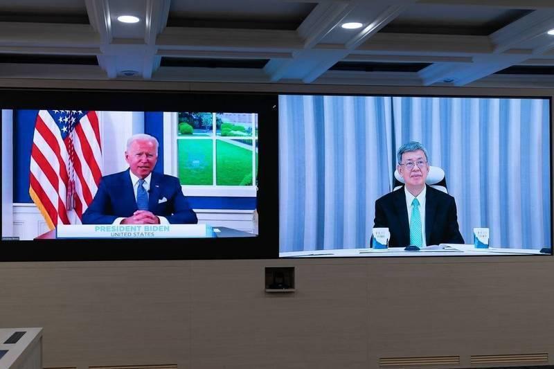 美國總統拜登(左)主持「全球武漢肺炎高峰會」開場,我國前副總統陳建仁(右)應邀出席線上峰會。(外交部提供)
