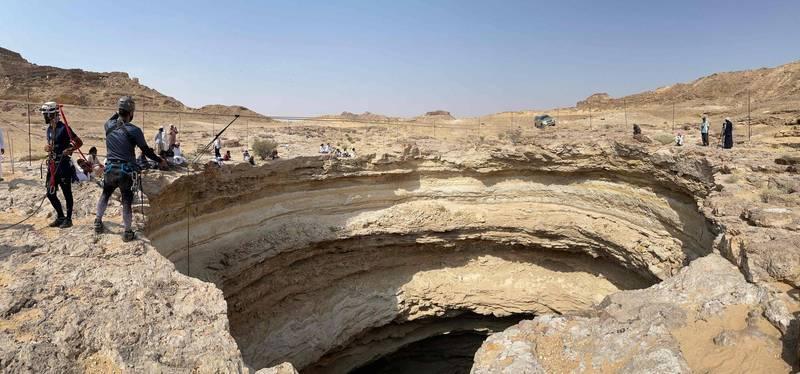 來自阿曼的洞穴探險隊日前首度進入中東葉門的巴豪特之井底部。(法新社)