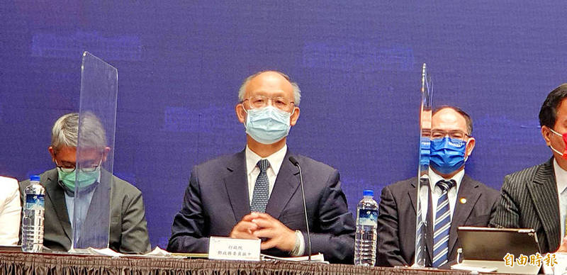 Minister Without Portfolio John Deng, center, and other government officials attend a news conference in Taipei yesterday. Photo: Lee Hsin-fang, Taipei Times