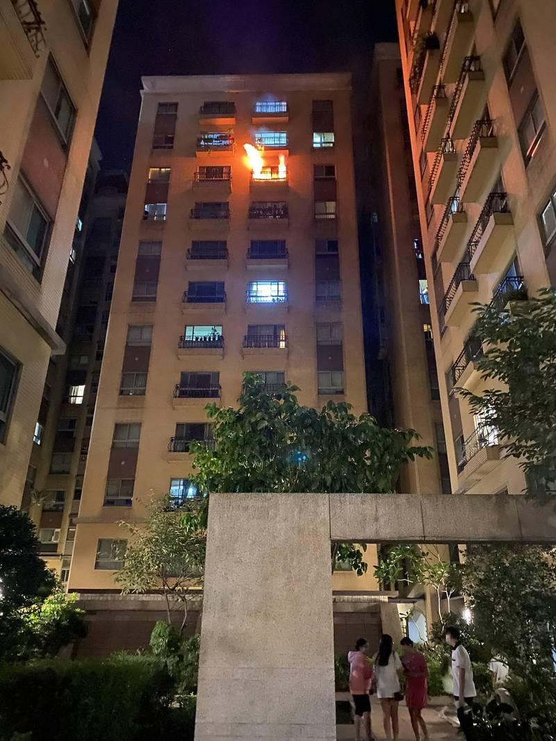 新北市土城福安街一棟住宅大樓10樓22日深夜有火冒出,消防人員破門進入起火戶搜索滅火,住戶都已順利疏散、無人傷亡。(圖由新北市消防局提供)