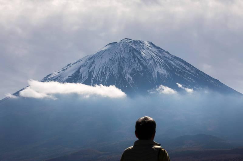 日本富士山本月7日的「初冠雪」狀態被撤銷。(法新社)