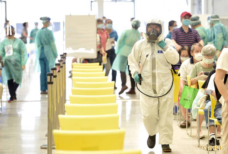 國軍化學兵在疫苗大型接種站進行消毒作業。(記者羅沛德攝)