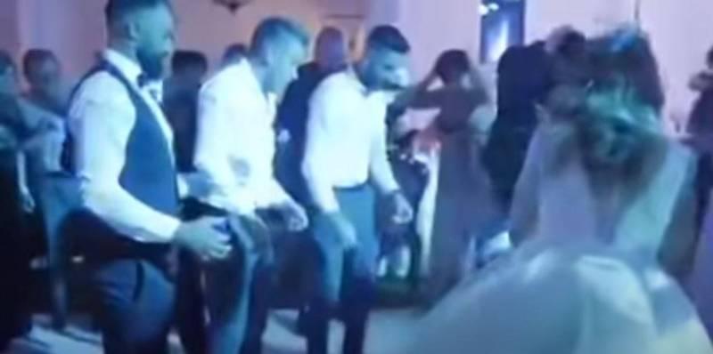 賓客們婚鬧時玩「人體拋接」,卻失手將新郎費立蒙重摔在地,所有人都嚇傻。(圖翻攝自Youtube)