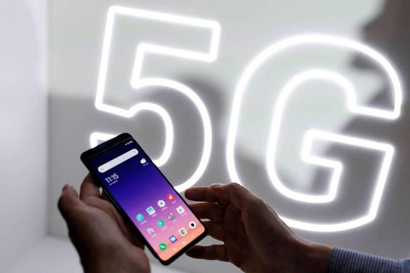 立陶宛當局指控部分中國產手機有資安疑慮,遭點名的華為和小米分別發出聲明。圖為民眾正在使用小米手機。(路透)
