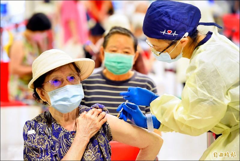 國內武漢肺炎疫苗人口涵蓋率正式突破五成大關。圖為北市花博施打站23日為75歲以上長者進行第二劑AZ疫苗接種。(記者劉信德攝)