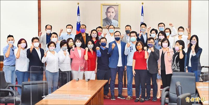 國民黨主席候選人朱立倫(前排右七)昨日到立法院,拜訪國民黨籍立委,受到熱烈歡迎,二十九位立委與朱高喊「凍蒜」。(記者廖振輝攝)