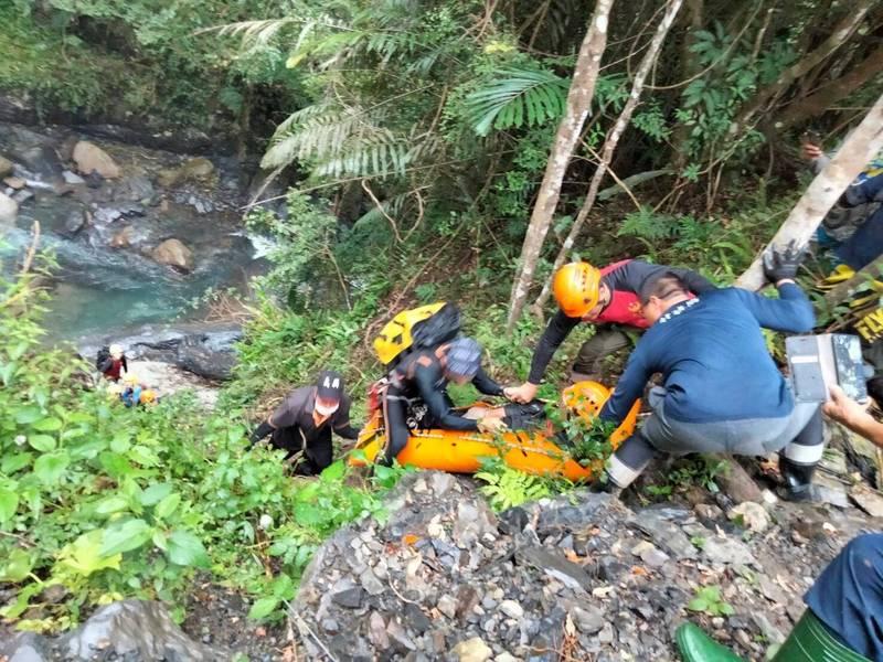 新竹縣政府消防局表示,很多人上山迷路後會覺得「往下走」會回到平地,但事實上往往陷入溪谷中受困。(圖由消防局提供)