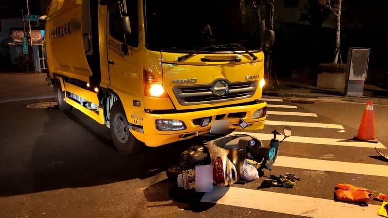 台中市東區精武東路與東英路口今天清晨發生一起垃圾車撞機車的事故。(民眾提供)
