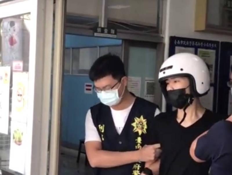 胡男(右)今天被警方依槍砲、毀損、恐嚇、公共危險等罪嫌移送南檢偵辦。(警方提供)