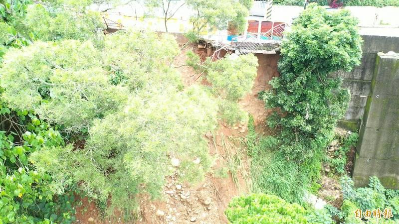 潭子湳底巷道路邊坡崩塌,影響通行安危。(記者張軒哲攝)