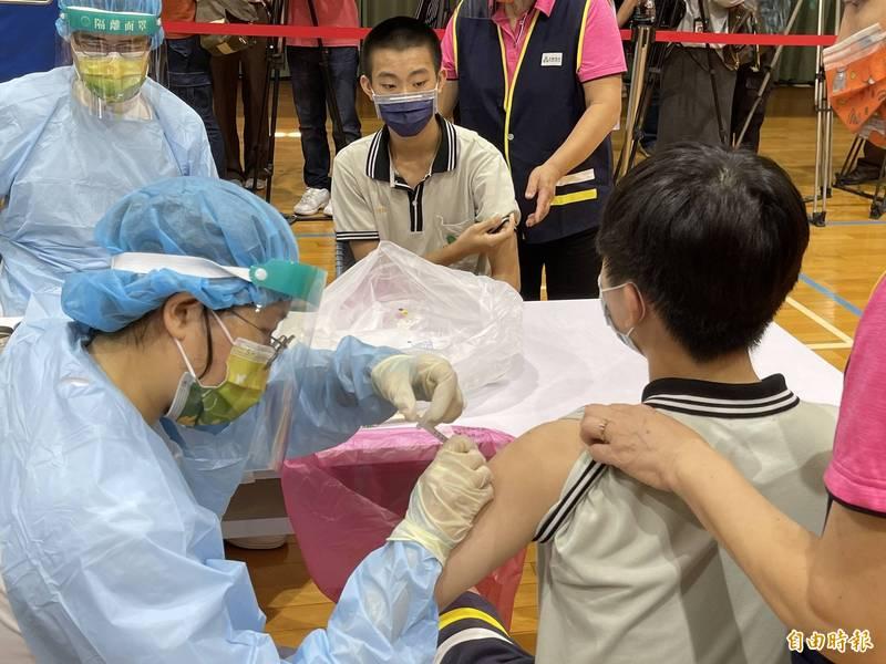台中市高中生開始接種BNT疫苗,首日萬人完成。(記者蘇孟娟攝)