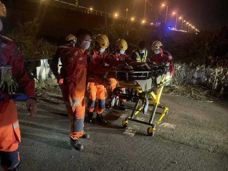 男子摔落后豐大橋河床,警消救援。(民眾提供)