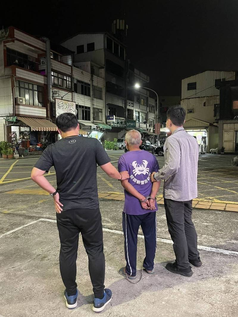 黃男穿著的「螃蟹裝」太吸睛,又被同組員警逮獲。(讀者提供)