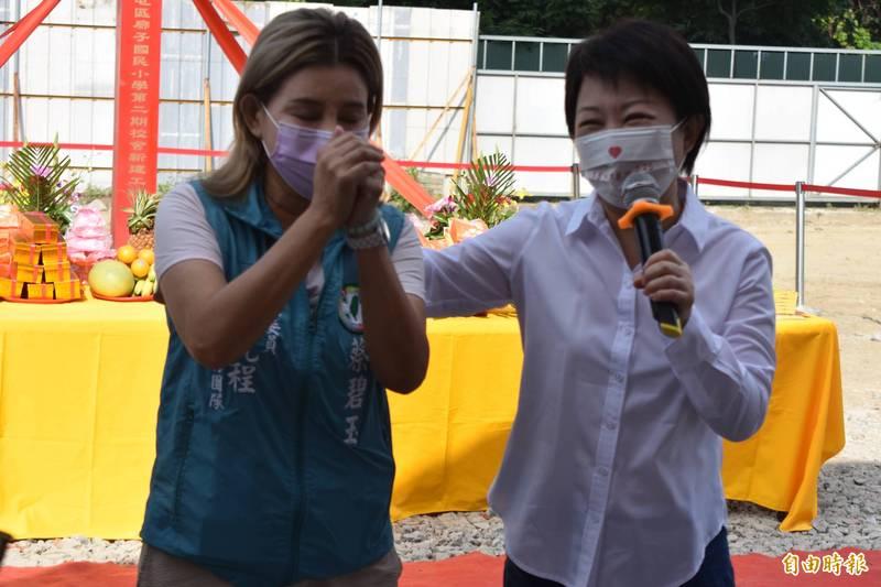蔡碧玉(左)講沒幾句話,很快被市長盧秀燕打斷,阻止她繼續說下去。(記者張瑞楨攝)