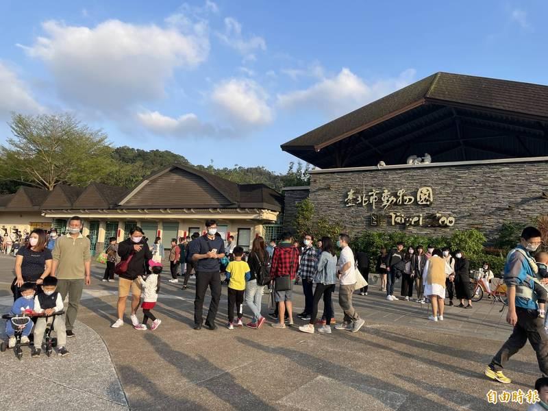台北市立動物園、天文館、兒童新樂園等社教場館,9月25日起放寬管制,增加進場人數、放寬容留人數。(記者蔡亞樺攝)